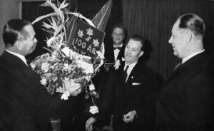 PLMs verkställande direktör   Knut Laurin, mottar fackföreningens hyllning, en ståtlig blomsteruppsats   som just överräckts av  fackföreningens  vice  ordförande John Martinsson  th. och sekreterare  Folke Johansson.