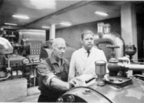 Sjöing Arne Persson och medhjälparen Georg Ahgvist avläser tryckluften i kompressorhallen,