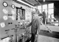 Smältare Karl Berntsson kollar oljetillförsel medans kollegan John Guldbranson bytt oljebrännare på vannans topp.