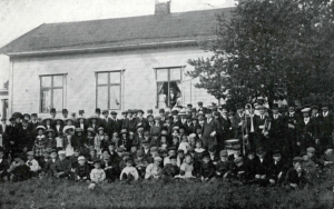 Festdeltagare utanför Folkets Hus 1913